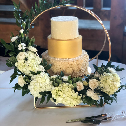 gold hoop cake stand