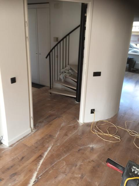 Renovatievloer Reeshof Tilburg, Foto nadat de vloer is geschuurd en tijdens behandeling met Royl, kleur 10 Alaska White