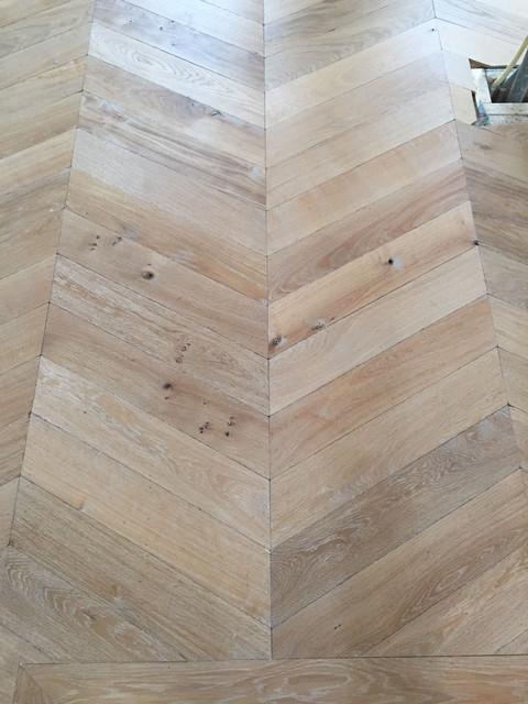 Traditionel Hongaarse punt incl band, gerookt en veroudert eiken, verlijmd en genageld op een eiken mozaiek vloer waaronder vloerverwarming. Afgewerkt met Royl 2K kleur 10, Alaska white. Amsterdam