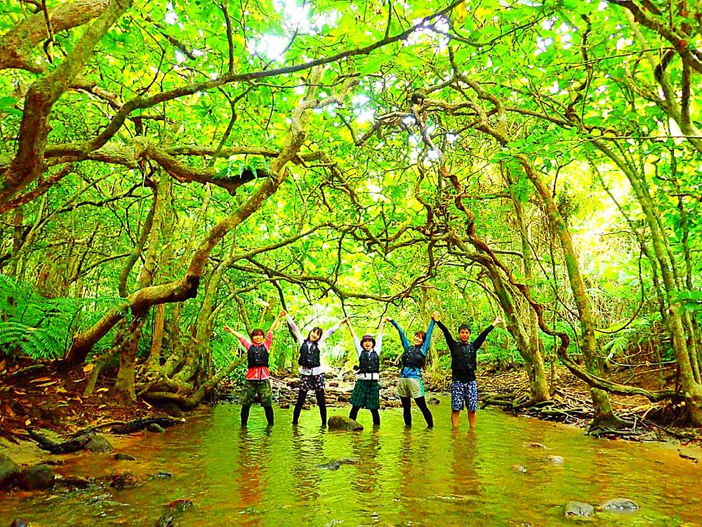 西表ヨットツアー・石垣島旅行で人気の遊びこ西表おすすめヨットクルーズ&シャワートレック滝巡りツアー・西表島ケンガイドおすすめシャワートレック滝巡りツアーで女子旅行・家族旅行・学生旅行アクティビティ体験、ヨットクルーズ&シャワートレックで秘境パワースポット滝巡り!本物の島旅アウトドア体験を。