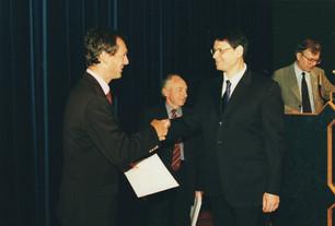 2002-מישל מדר מקבל תעודת מא בניהול ארגון