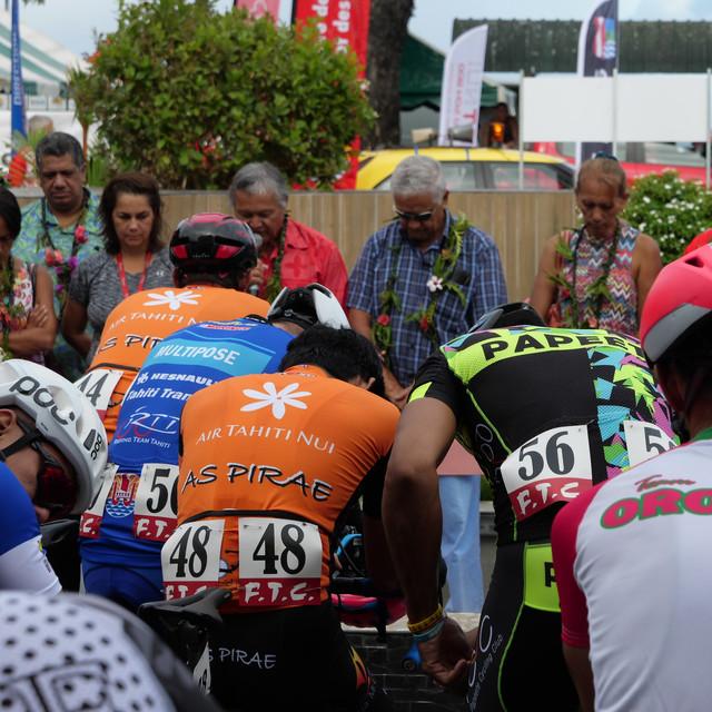 Stage 2 Un peloton bénit au départ de Pa