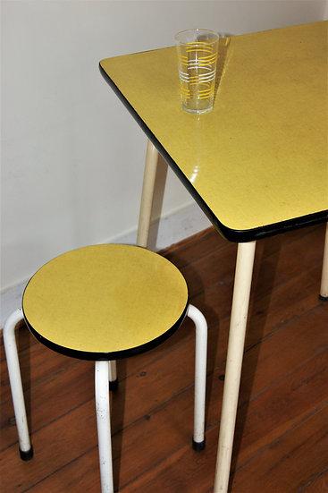 Table de cuisine en formica avec un tabouret