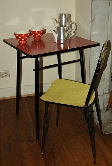 Petite table en formica et chaise