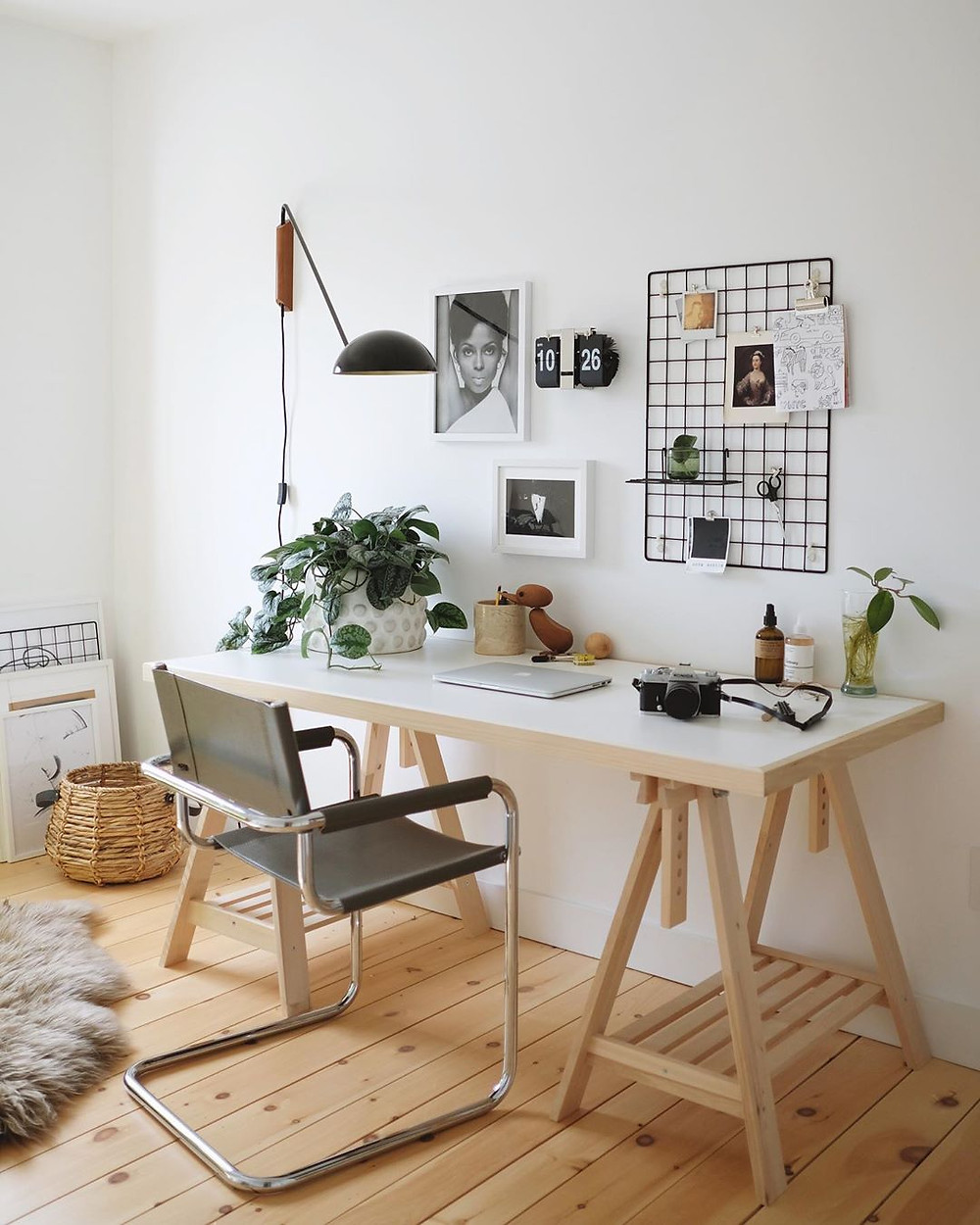 Inspirational white simple home office decor with wall accesories