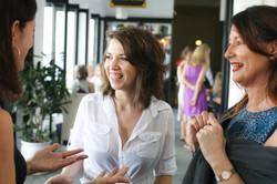 Natalie Benhayon mit Studenten