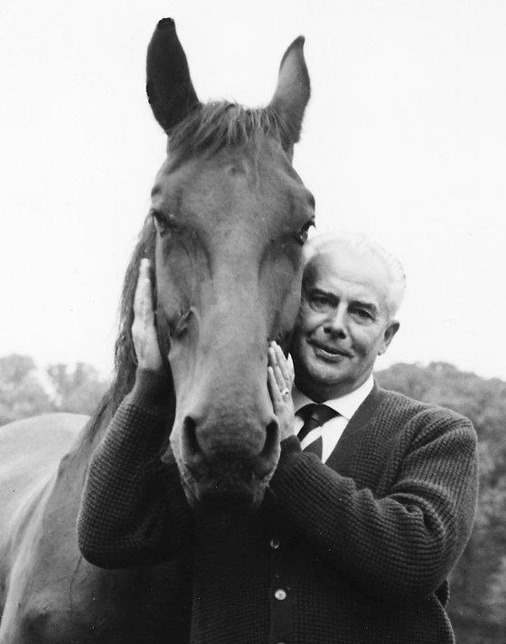 Willy Schneider mit Pferd.JPG
