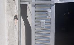 cortina de acero con puerta.JPG