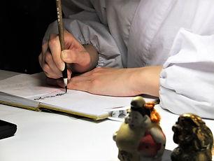 朱印を書く男性