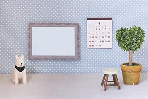 犬の置物と額縁とカレンダーと椅子
