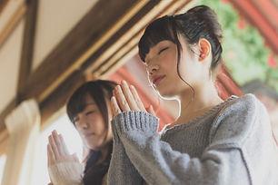 参拝する二人の女の子