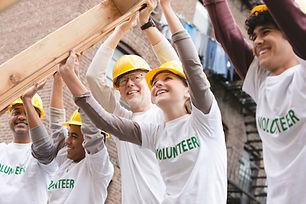建設フレームを持ち上げるボランティア