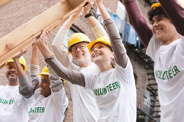 Volontari che sollevano la struttura del