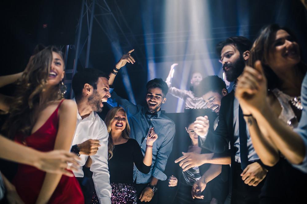 foto de pessoas dançando funk numa balada.