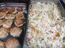Рис с овощами и котлеты