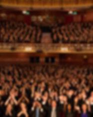 劇場で群集