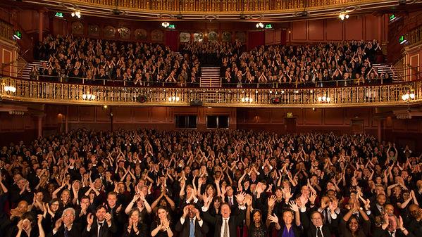 Толпа в театре