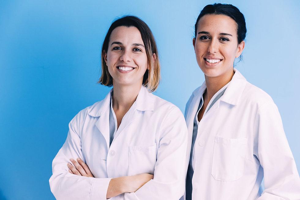 female-medical-team-at-hospital-A6R37DX