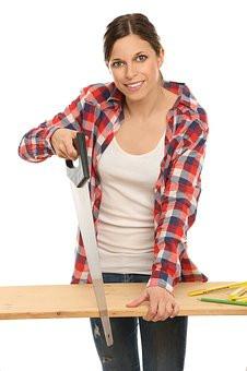 femme sciant du bois
