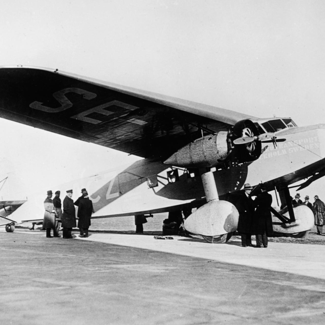 001_1940s_F-12_image-SAS