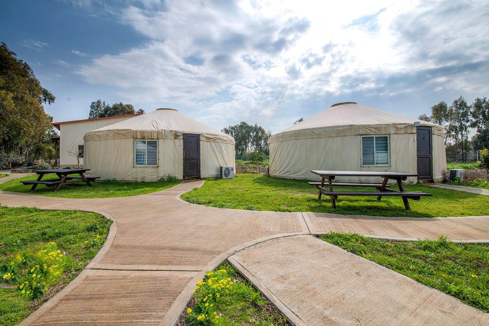 אוהלים מונגולים ממוזגים ומרוהטים