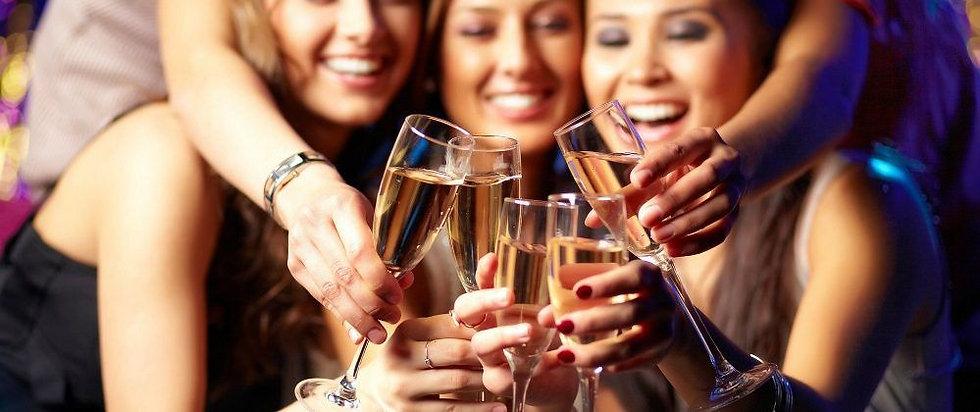 girls-toasting-champagne-34082e76b0c822a