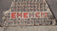 """Un street artiste """"Ememem"""" qui raccommode les trottoirs de Lyon avec couleurs, poésie et h"""