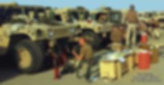 Armée américaine au Koweït en train de monter des treuils Mile Marker sur leurs Hummers