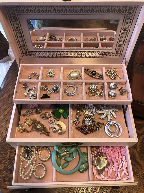 Jewelry box loaded with a vintage jewelry