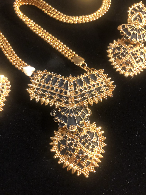 Beautiful Gold Tone Necklace Set