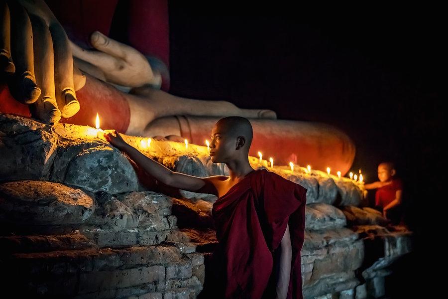 Monje budista velas de iluminación