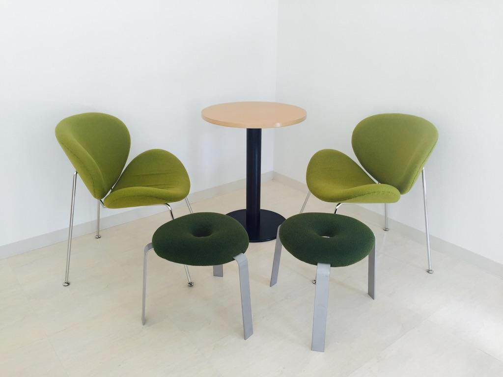 丸テーブルとゆったり座れる椅子