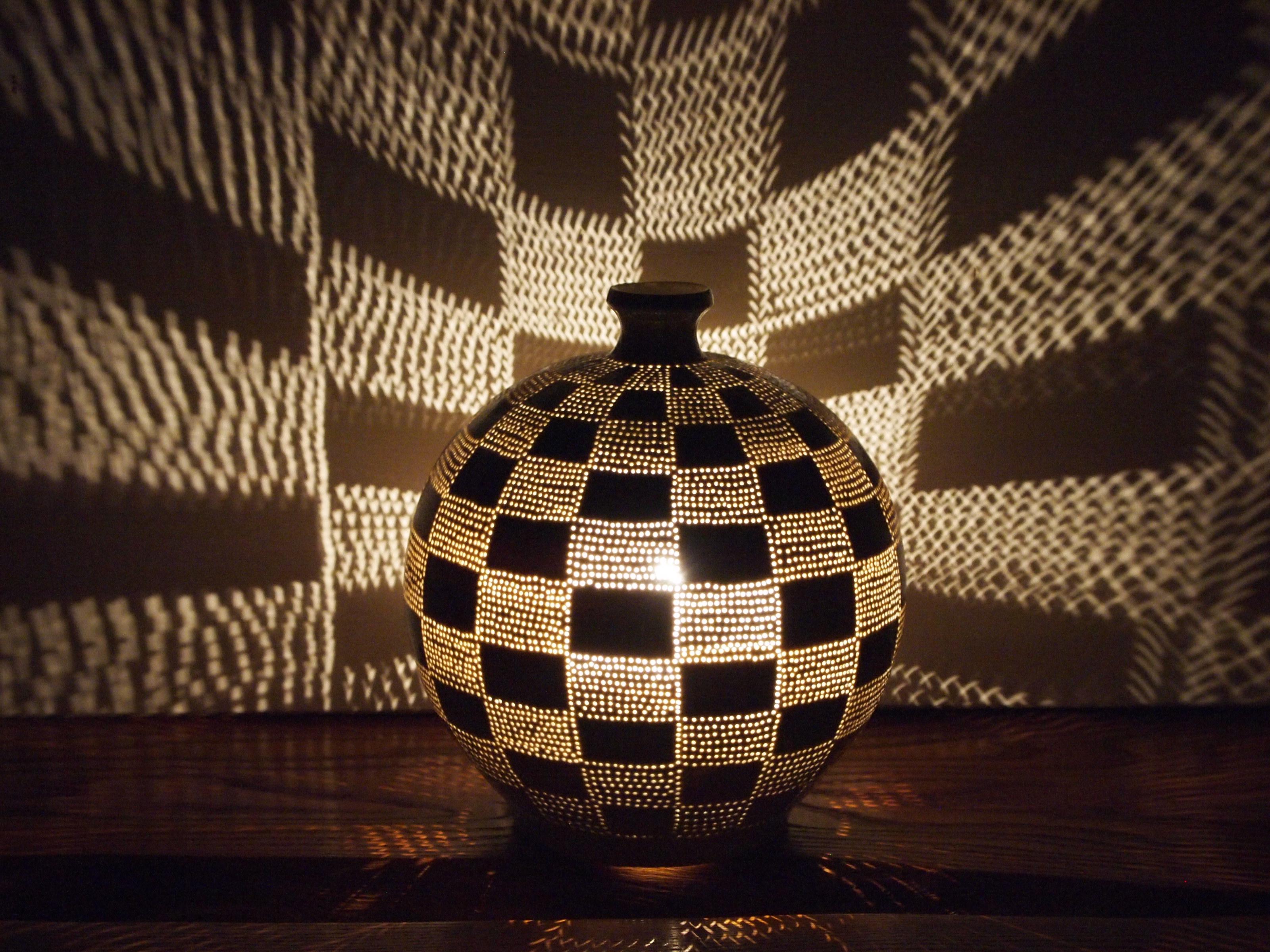 冬のトンボ玉と陶器の灯