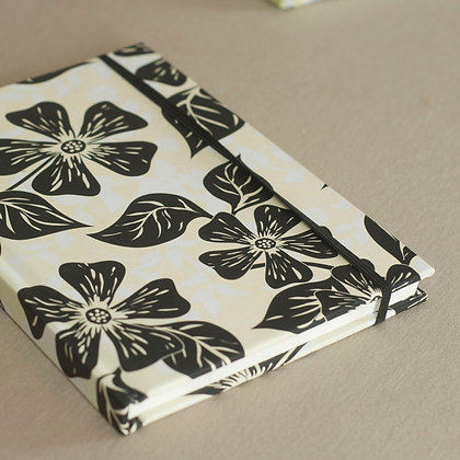 Libreta tapa blanda Flores Blanco y negro mediana
