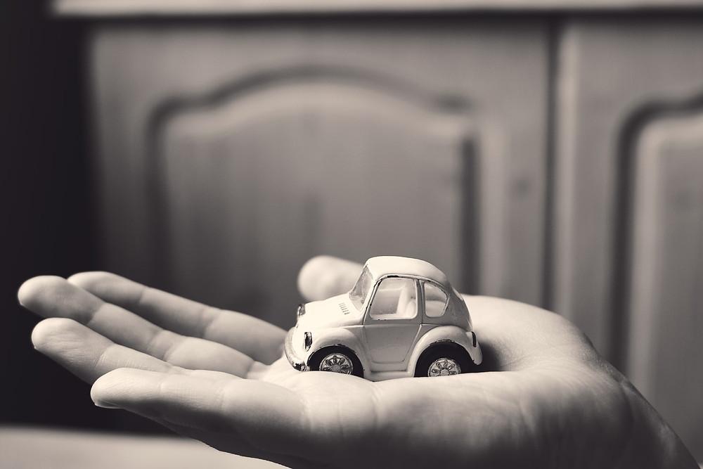 cliente_segurando_carro