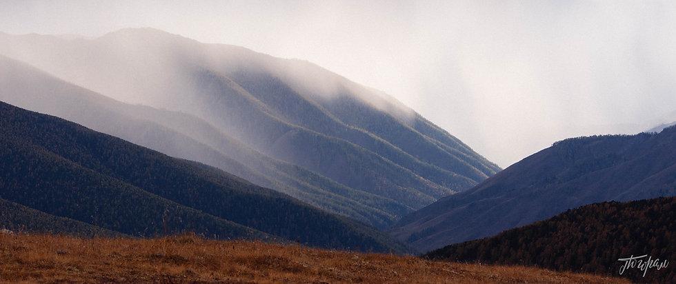 Один из пейзажей перевала Ачик. Позади вид на снежную г. Белуха.