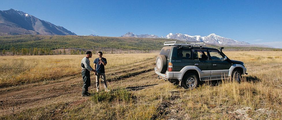 Тропами Курайской степи. На фоне Северо-Чуйский хребет.