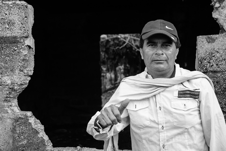 El Chicanero frente a su casa destruida en Puerto Esperanza