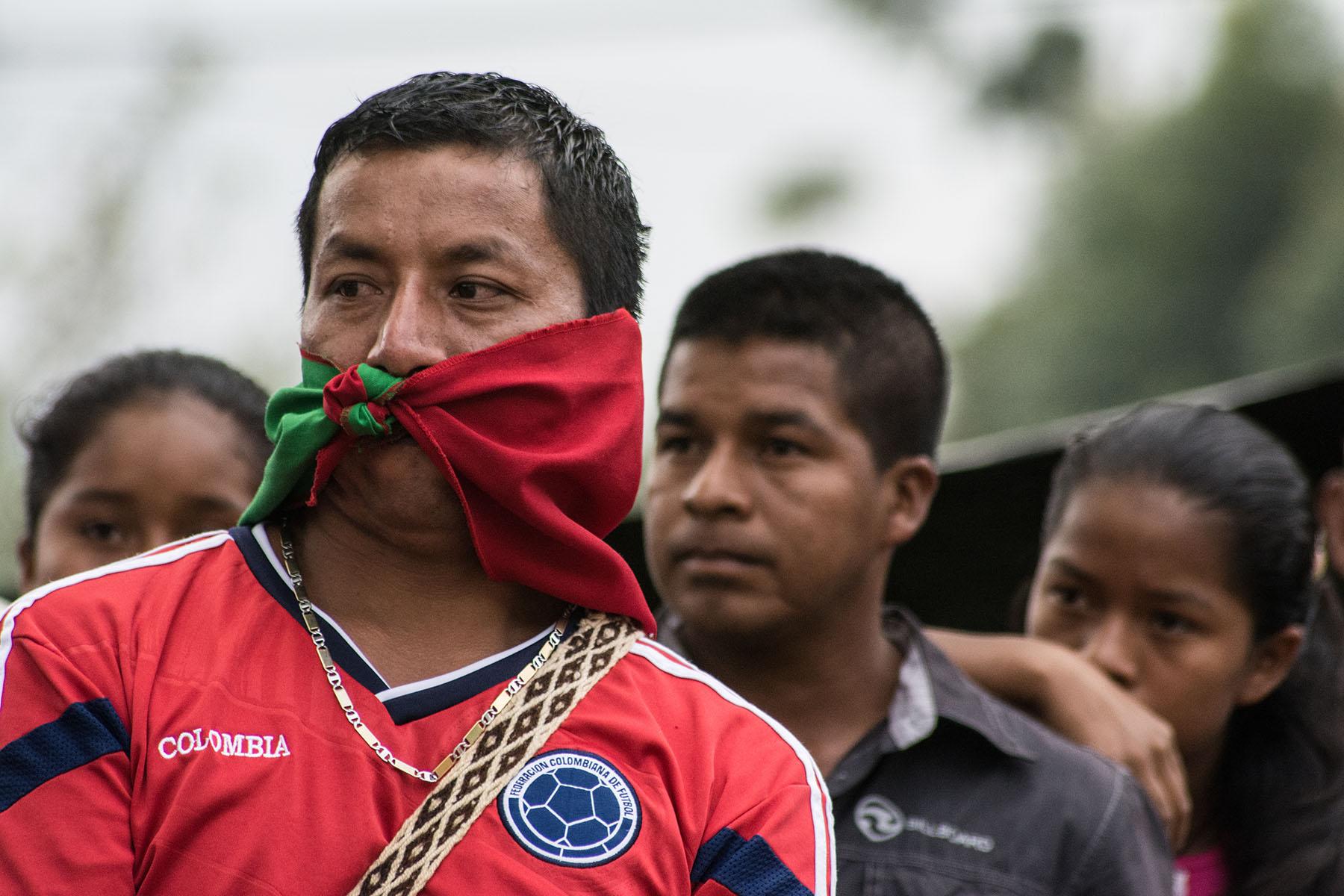 indigenas esperan por los guerriller
