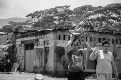 Mujeres cargan comida Puerto Esperan