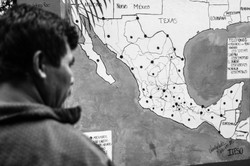 Ricardo frente al mapa de México
