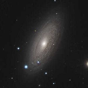 Malgré son aspect de spirale flocculente, il y a bien une petite barre dans cette galaxie.
