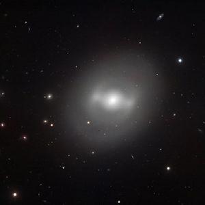 NGC 936 est une galaxie lenticulaire qui présente une barre dont l'aspect assez unique en son genre lui vaut le surnom de « Darth Vader's galaxy » par les anglo-saxons. Perso je l'aurai plutôt appelée la « galaxie du chasseur TIE »