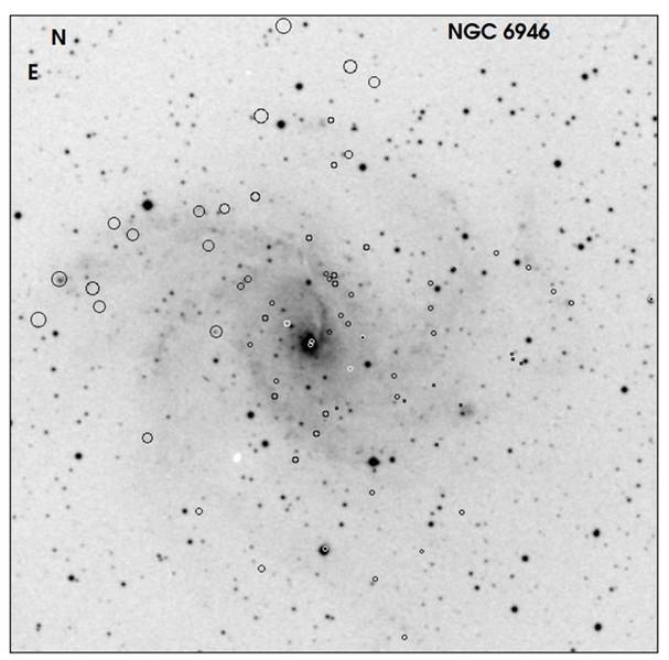 Les positions de 72 sources de rayons X affichées sur l'image optique de NGC 6946 (Chandra)