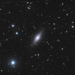 La publication en juin 2018 d'une étude sur la comparaison descourbes de rotation de NGC 891 et de NGC 7814 nous offre une jolie illustration du débat toujours ouvertà ce jour sur la distribution relative de la matière lumineuse et de lamatière noiredans les galaxies spirales.