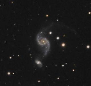 Avec un petit air de M51, cette paire de galaxies en interaction connaît l'équivalent galactique d'une crise de la quarantaine.