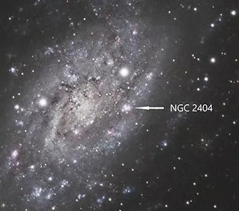 """Très belle galaxie """"du champ"""", NGC 2403 est accompagnée de NGC 2404, un amas ouvert associé à une nébuleuse à émission"""