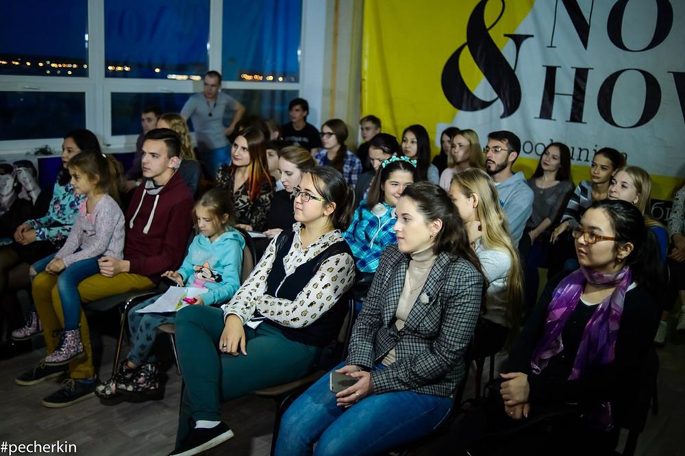 аудитория внимательно слушает преподавателя