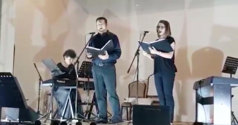Caleb & Terrah singing at the Knysna Arts Festival
