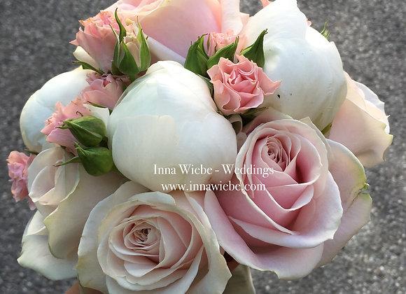 Brautstrauß aus Pfingstrosen und Rosen